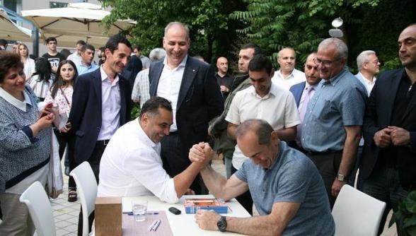 Հյուպատոսը հաստատում է՝ ազատվել է Քոչարյանի հետ լուսանկարի պատճառով