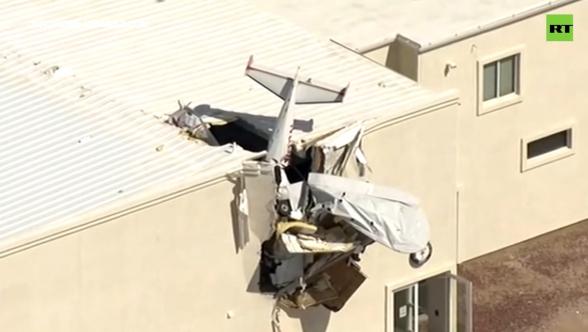 В США легкомоторный самолёт врезался в ангар