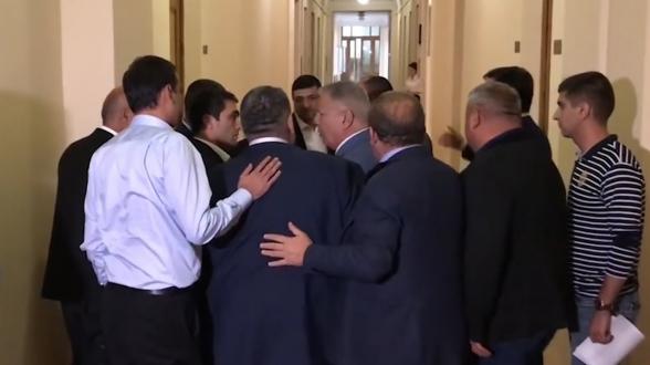Разборка в коридоре Национального собрания РА