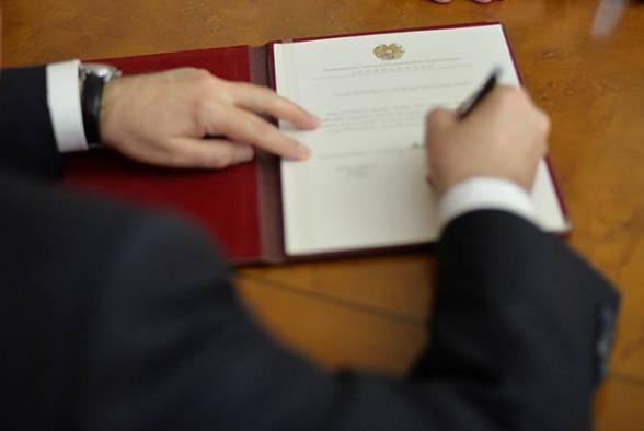 Արմեն Սարգսյանն Արթուր Վանեցյանին ԱԱԾ տնօրենի պաշտոնից ազատելու հրամանագիրը ստորագրել է