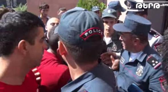 Մեր փողն ենք ուզում, չենք մուրում. բախում «Սանիթեք»-ի աշխատակիցների և ոստիկանների միջև (տեսանյութ)