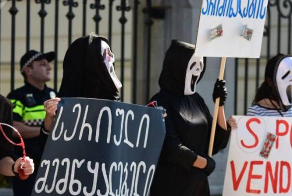 Президенту Грузии устроили акцию в масках из «Очень страшного кино»