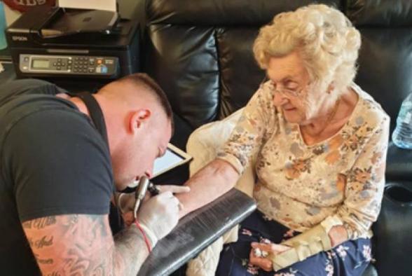 94-ամյա տատիկը դաջվածք է արել մահացած ամուսնու հիշատակին