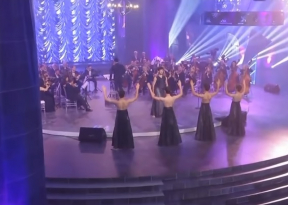Կիսաշրջազգեստներով տղամարդկանց պարը Գյումրիում՝ Անկախության տոնին