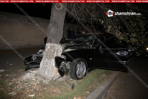 Երևանում Mercedes-ը բախվել է ծառին. կան վիրավորներ. ավտոմեքենայում հայտնաբերվել է բիտա և արնանման հետքեր (տեսանյութ)