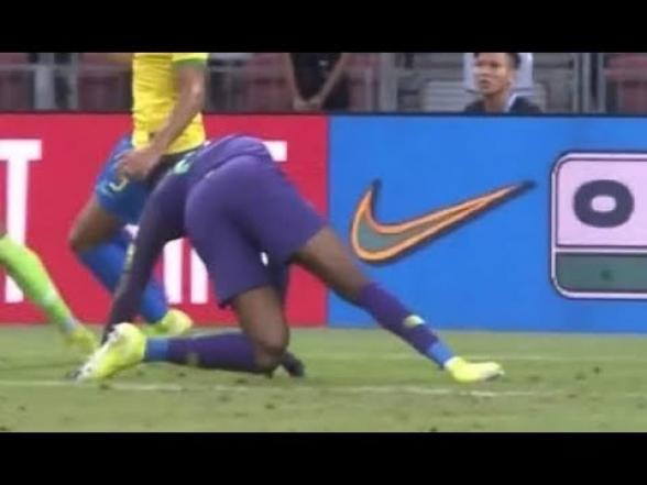 Вратарь сборной Нигерии получил жуткую травму в матче с Бразилией (видео)