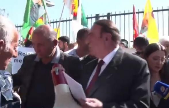 Около здания посольства США в Армении проходит акция протеста представителей курдской общины (прямой эфир)