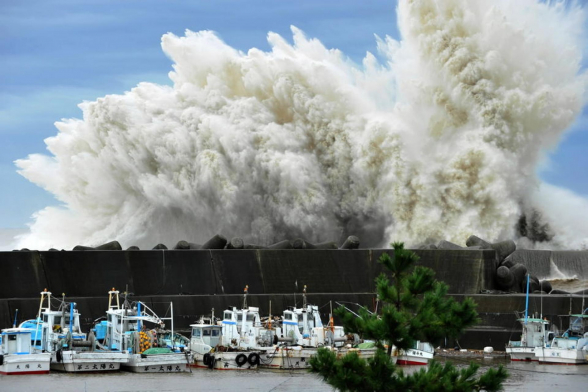 Жертвами тайфуна-убийцы в Японии стали уже 73 человека