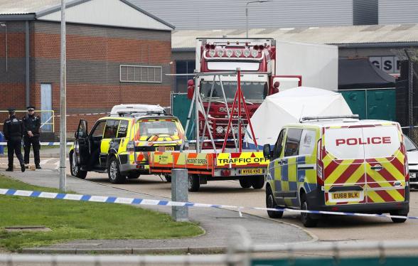 Британская полиция обнаружила 39 тел в прицепе грузовика