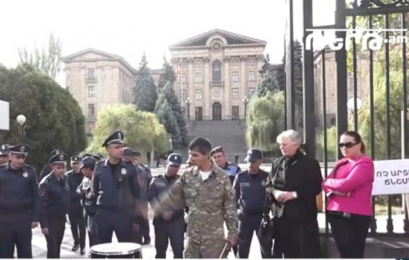 Բողոքի ակցիա՝ ընդդեմ Եվրոխորհրդի ներկայացուցիչների, որոնք Հայաստանում անցկացնում են Ստամբուլյան կոնվենցիայի վավերացմանն առնչվող քննարկումներ (տեսանյութ)