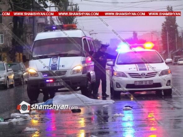 Երևանում ВАЗ -ի վարորդը վրաերթի է ենթարկել հոտիոտնին և մինչ նրան օգնություն կցուցաբերեր, մեկ այլ ավտոմեքենա կրկնակի վրաերթի է ենթարկել վիրավորին. վերջինը տեղում մահացել է, վարորդը դիմել է փախուստի (տեսանյութ)