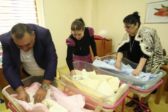 Родившихся в Ереване крайне недоношенных тройняшек выписали из больницы
