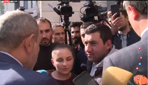 ՀՅԴ երիտասարդները մետրոյի ժետոն փոխանցեցին Նիկոլ Փաշինյանին՝ Արայիկ Հարությունյանին հանձնելու համար (տեսանյութ)