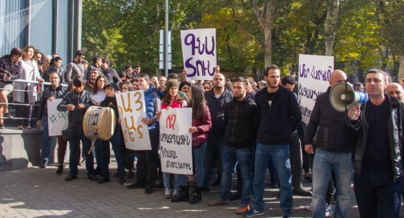 Требующие отставки Араика Арутюняна студенты ЕГУ направились шествием к другим вузам (видео)