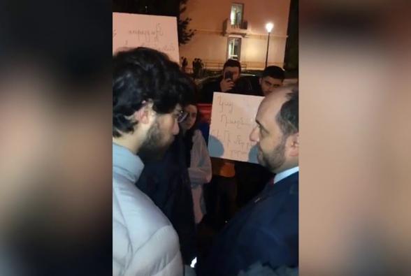 Представители армянской молодежи Франции встретили Араика Арутюняна демонстрацией