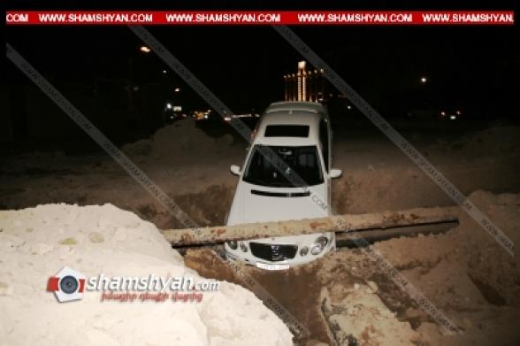 Երևանում Mercedes-ը մասամբ հայտնվել է փոսում՝ բախվելով գազախողովակին (տեսանյութ)