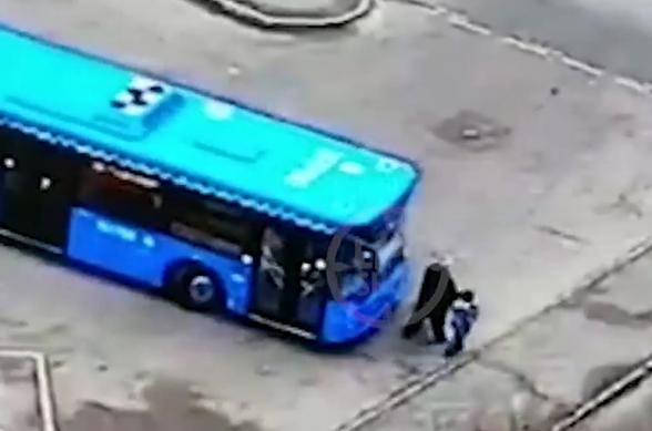 Մոսկվայում առանց վարորդի ավտոբուսը վրաերթի է ենթարկել երեխայի հետ քայլող կնոջը