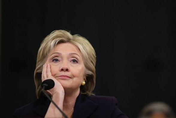 Самолет с Хиллари Клинтон на борту вернулся к терминалу из-за неисправности