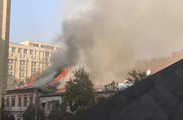 Խոշոր հրդեհ՝ Պուշկին փողոցում. Այրվում է «Գարեջրի ակադեմիա» գարեջրատան տանիքը. ուղիղ