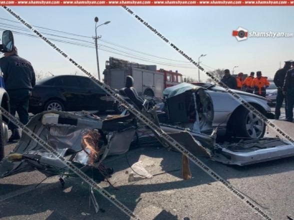 BMW-ն դուրս է եկել հանդիպակաց և հայտնվել բեռնատար ЗИЛ-ի տակ. ЗИЛ-ը կողաշրջվել է, BMW-ն բաժանվել է մի քանի մասերի. կա 1 զոհ, 1 վիրավոր (տեսանյութ)