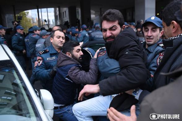 Իրեն ժողովրդի իշխանություն հռչակած մարդիկ ոստիկանական պատնեշներով և բիրտ ուժով են պատասխանում
