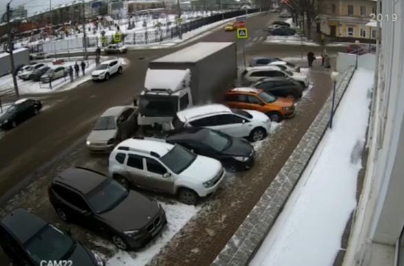 Կալուգայում բեռնատարը բախվել է 9 ավտոմեքենայի