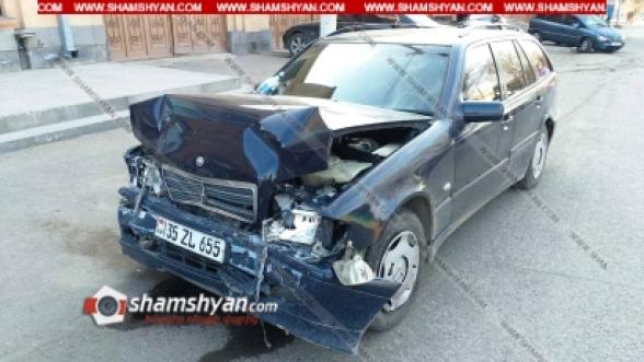Գյումրիում բախվել են Mercedes-ն ու Opel-ը. Opel-ը մասամբ հայտնվել է մայթին. վիրավորներից մեկը դպրոցական է