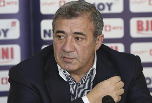 Полицейские проводят обыск в квартире бывшего главы Федерации футбола Армении Рубена Айрапетяна