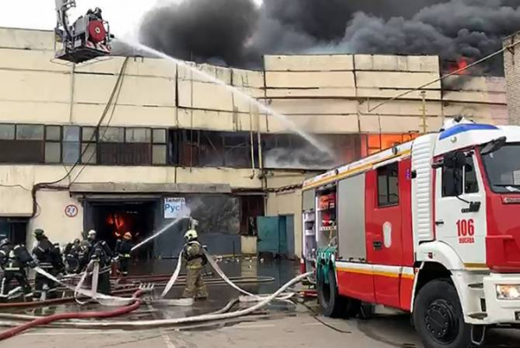 Մոսկվայում այրվող պահեստում պայթյուններ են տեղի ունենում, հրդեհի մակերեսը հասել է 7 հազար քառ մետրի