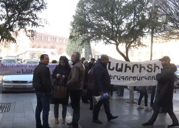 Работники завода «Наирит» провели акцию протеста перед зданием правительства (видео)