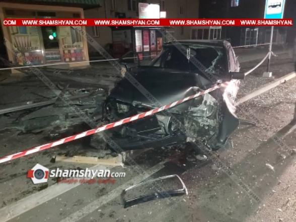 19-ամյա վարորդը Mercedes-ով Շիրակի մարզպետարանի դիմաց մխրճվել է տրանսպորտային կանգառի մեջ, տապալել այն ու էլեկտրասյունը․ կան վիրավորներ