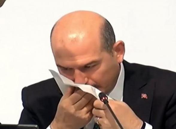 У главы МВД Турции во время прямого эфира из носа пошла кровь