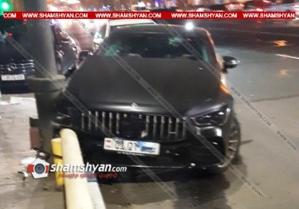 Երևանում Mercedes–ը բախվել է երկաթբետոնե արգելապատնեշին. վիրավորների մեջ են ժամկետային զինծառայող ու փոխտնօրեն