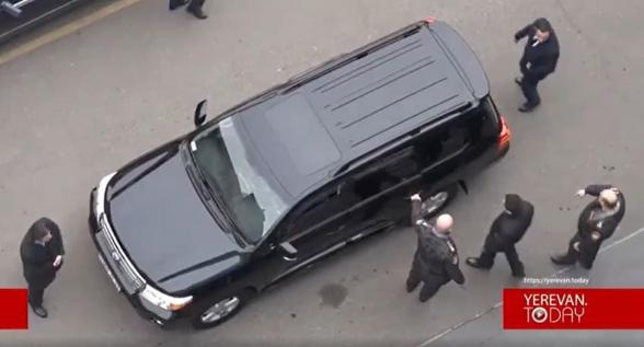 Առանց ձեռնաշղթաների թույլ են տալիս նստի ոստիկանապետի մեքենան (տեսանյութ)