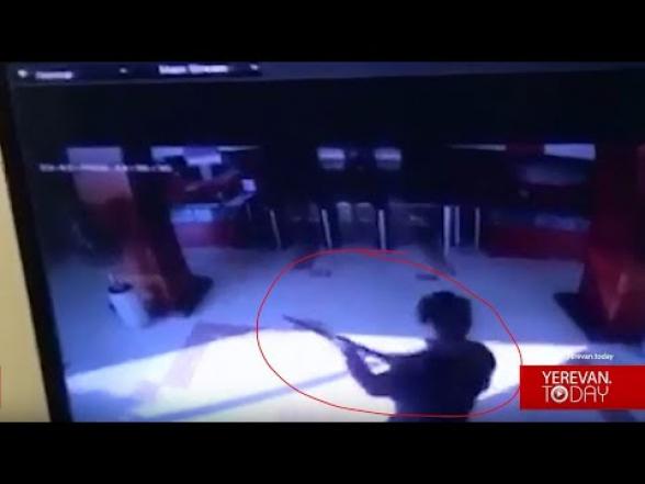 Բացառիկ տեսանյութ․ զինված անձի՝ «Էրեբունի պլազա» ներս մտնելու պահը