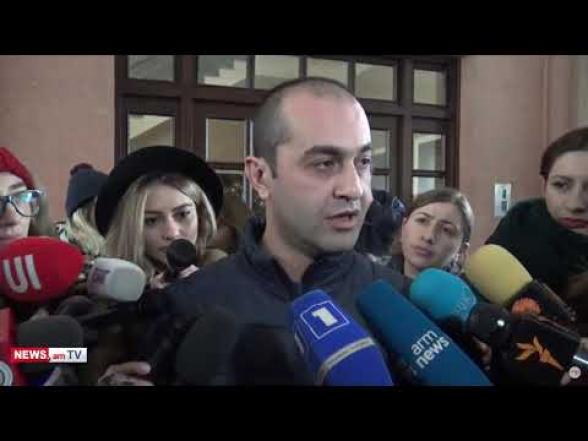 Խուզարկությունը դեռ չի սկսվել, որովհետև Հրայր Թովմասյանին թույլ չեն տալիս ծանոթանալ դատարանի որոշմանը. պաշտպան (տեսանյութ)