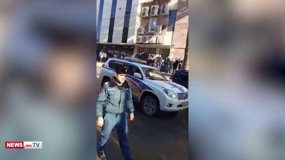 Տեսանյութ. Լարված վիճակ Կապանում՝ Փաշինյանի ասուլիսին զուգահեռ. քաղաքացու բերման ենթարկեցին
