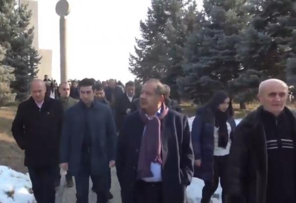 Ռոբերտ Քոչարյանի աջակիցները Եռաբլուր են այցելել (տեսանյութ)