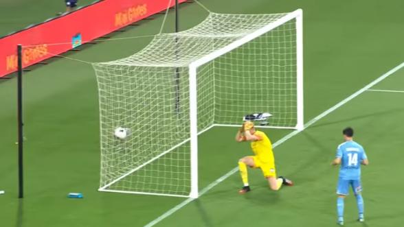 Դարպասապահը գրավել է սեփական դարպասը՝ փորձելով հետ մղել գնդակը (տեսանյութ)