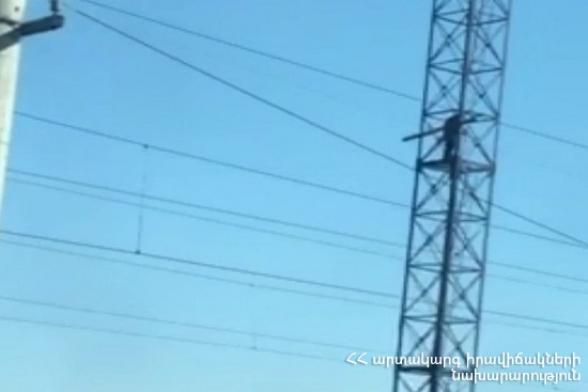 Արտաշատում քաղաքացին բարձրացել է երկաթգծի կայարանի հարևանությամբ գտնվող աշտարակի վրա և սպառնացել ինքնասպան լինել (տեսանյութ)