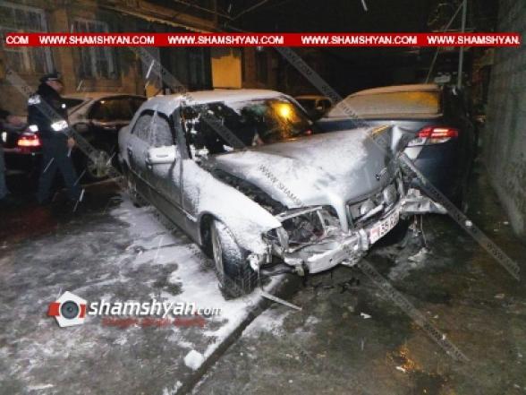Երևանում ճանապարհի մերկասառույցի պատճառով Mercedes-ը բախվել է կայանված ավտոմեքենաներին