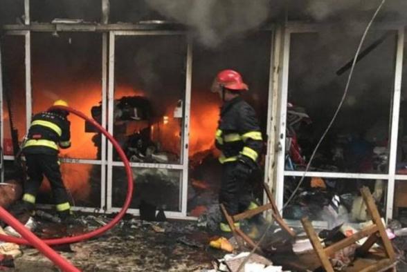 В ходе пожара в крупнейшем ТЦ в Баку пострадали 10 человек