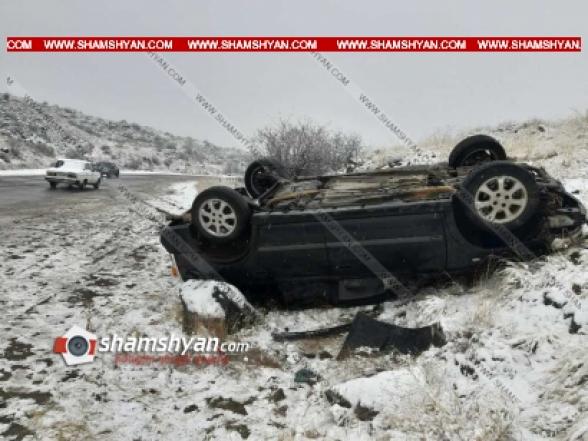 Վայոց Ձորի մարզում Opel-ի վարորդը դուրս է եկել երթևեկելի գոտուց և գլխիվայր շրջվել. կան վիրավորներ