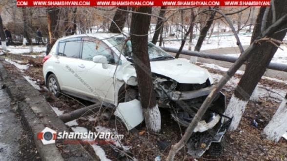 Երևանում ծառերի մեջ հայտնաբերվել է վթարված Nissan Tiida