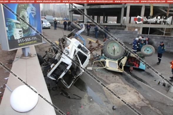 Գայի պողոտա-Մյասնիկյան-Խուդյակով փողոցների խաչմերուկում Երևանում տրակտորով բարձված քարշակը բախվել է մի քանի ավտոմեքենաների և կողաշրջվել