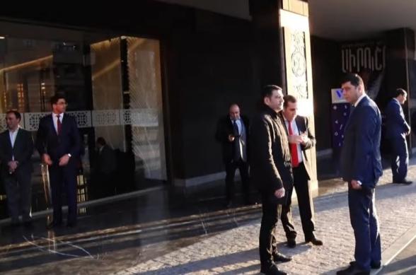 Ովքեր են մասնակցում «Այո»-ի շտաբի կազմակերպած դրամահավաքին (տեսանյութ)