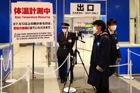В Японии посетителям выставок измеряют температуру и раздают маски