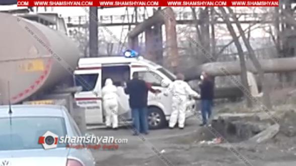 Երևանում շտապօգնության աշխատակիցներն իրանական համարանիշներով բեռնատարից իջեցնում են վարորդին և դիմակ հագցնելով՝ հավանաբար տեղափոխում հիվանդանոց (տեսանյութ)