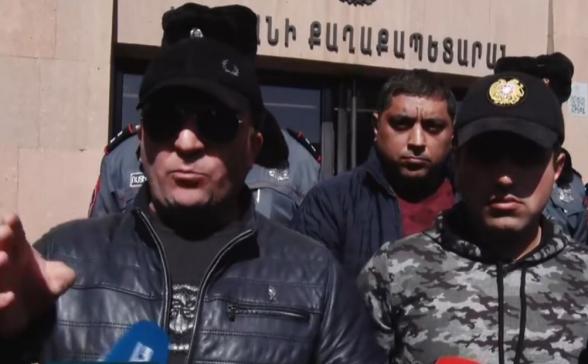 Տուրիստական միկրոավտոբուսների վարորդները բողոքի ակցիա են անում քաղաքապետարանի դիմաց (տեսանյութ)