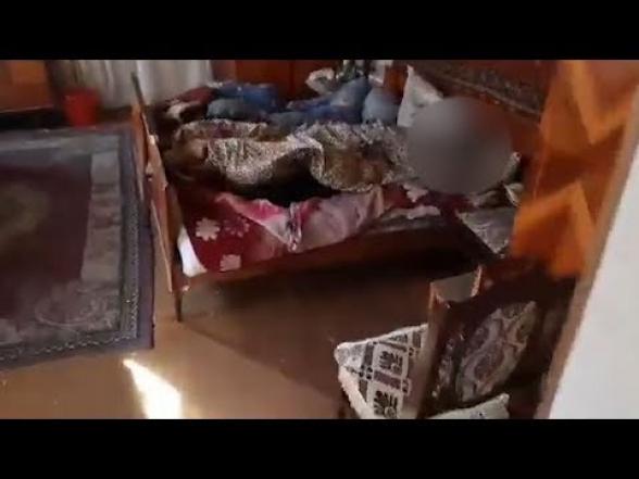 Գյումրիում ծեծի հետևանքով կին է մահացել, աղջիկը հիվանդանոցում է. ոստիկանությունը դեպքի վայրից կադրեր է հրապարակել